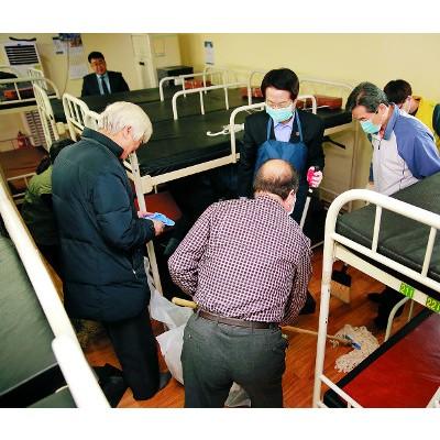 노숙인 위해 빗자루 잡은 총회장들… NCCK 부활절 순례 일환 기사의 사진